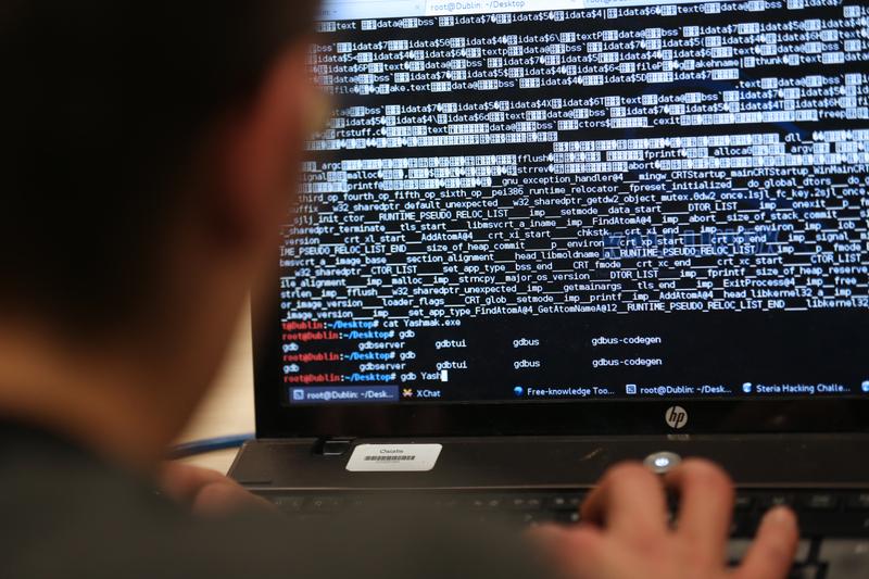 美國海軍的一項內部評估得出結論,海軍及行業夥伴正遭到中共黑客和其他對手的「網絡圍攻」。報告用嚴厲的措辭提到中共竊取大量的美國國家安全機密,以獲得軍事優勢。而這一問題不止一次出現在特朗普每日簡報中。(THOMAS SAMSON/AFP)
