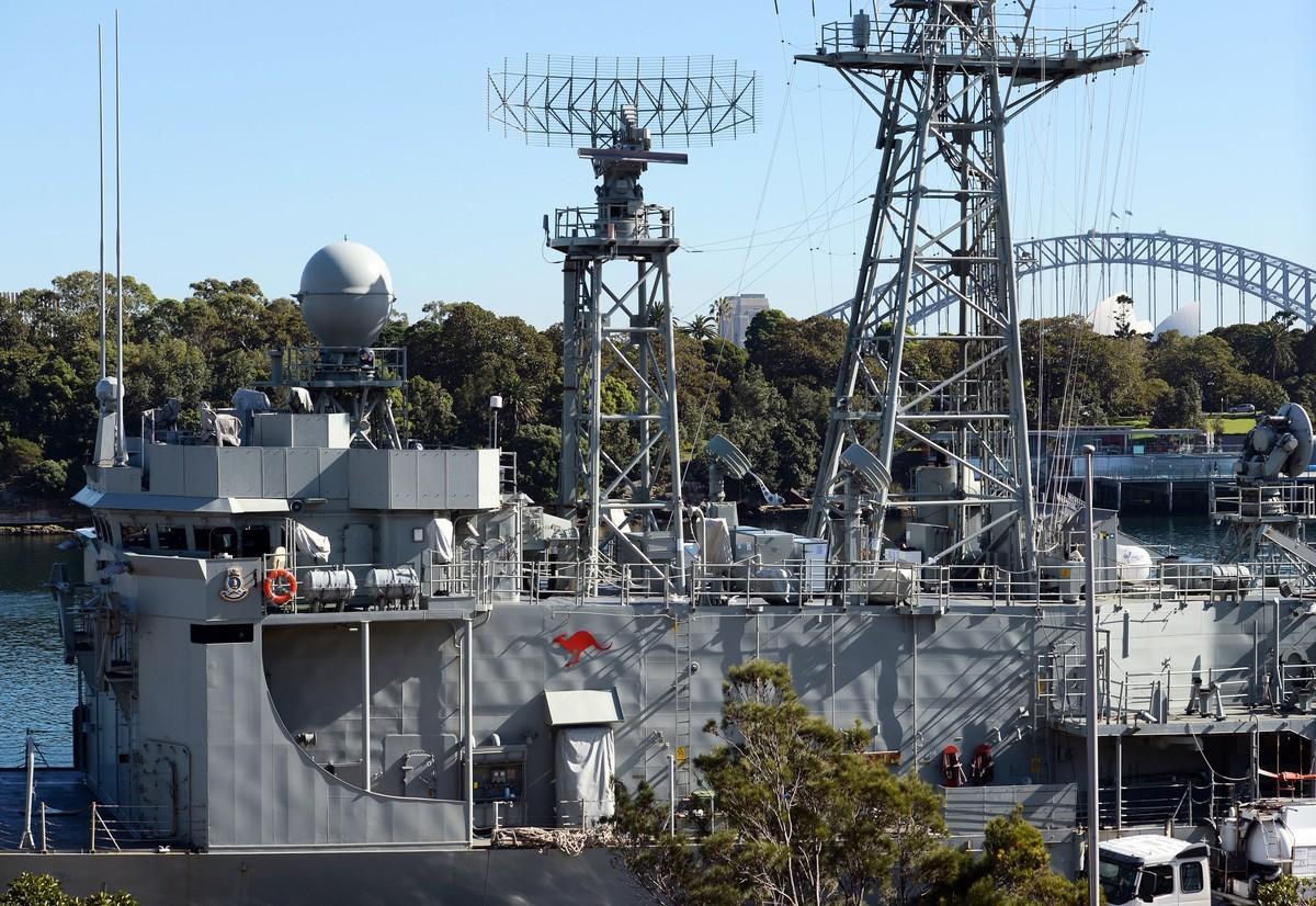 澳洲媒體最近披露說,澳洲國防部正在為台海地區可能出現的最壞情況積極做準備。圖為澳洲海軍的阿德萊德級導彈護衛艦「墨爾本號」(HMAS Melbourne)停靠在悉尼附近的花園島海軍船塢。(GREG WOOD/AFP/Getty Images)