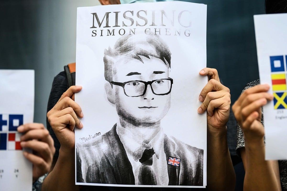 前英國駐香港總領事館香港籍僱員鄭文傑在接受BBC採訪時指出,他在大陸被中共拘留期間曾遭刑訊逼供。圖為2019年8月21日,香港活動人士所製作的印有鄭文傑肖像的看板。(ANTHONY WALLACE/AFP/Getty Images)