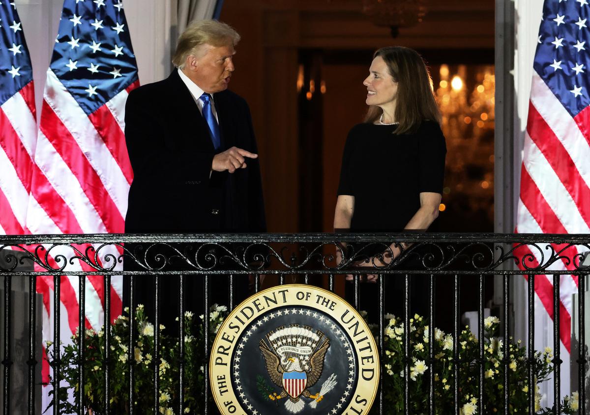 2020年10月26日,特朗普總統和剛剛宣誓就任的美國最高法院大法官艾米‧科尼‧巴雷特(Amy Coney Barrett)在白宮。(Alex Wong/Getty Images)