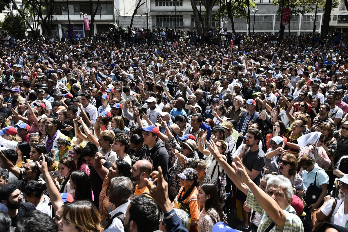 2019年1月25日,委內瑞拉首都街頭集會抗議的民眾。(攝影:Luis ROBAYO /法新社)