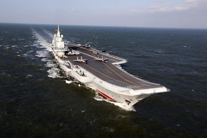 中共航空母艦「遼寧號」2021年1月4日由數艘作戰艦伴隨,自駐地出發,航經舟山島。(資料照,AFP)