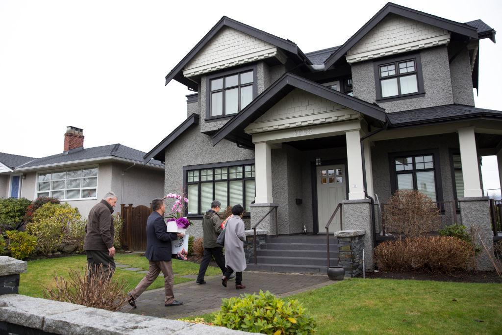 中共駐溫哥華總領事佟曉玲等4人拜訪華為首席財務官孟晚舟。 (Jason Redmond / AFP)