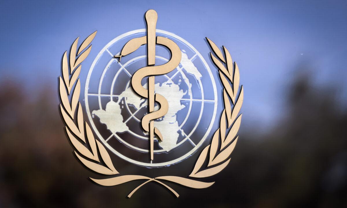 世界衛生組織的專家組到了武漢要如何取證?也是一個大問題。圖為世界衛生組織(WHO)的徽標貼。(Fabrice Coffrini / Getty Images)