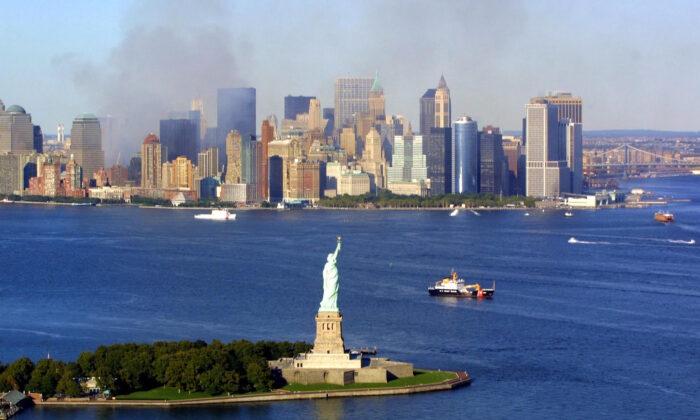 2001年9月15日,被撞毀的世貿中心還在冒出濃煙。(Keith Meyers/AFP via Getty Images)