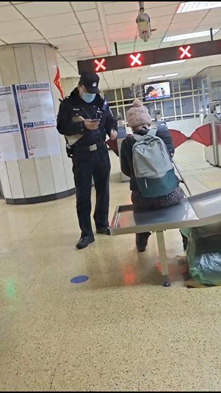 2月25日,李延香和吳遠秀在北京市平安裏地鐵站因要求殘疾服務時,被鐵路警察非法限制人身自由。(受訪者提供/影片截圖)