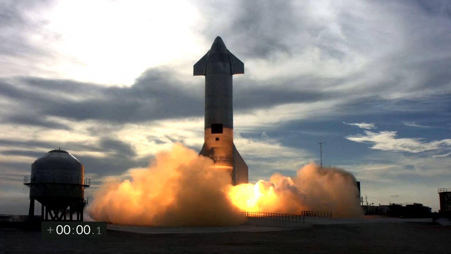這張SpaceX網絡實時直播截圖顯示,2021年3月3日,位於德薩斯州布朗斯維爾(Brownsville)博卡奇卡村(Boca Chica)附近的SpaceX南德州測試設施正準備對星船(Starship)原型機SN10進行當天的二次試飛。火箭看上去成功起飛和落地,但之後爆炸。(SPACEX/AFP)