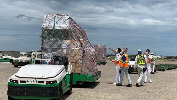 立陶宛捐贈台灣2萬劑AZ疫苗,7月31日上午運抵桃園機場,這批疫苗被裝載在兩個溫控櫃中,與其它貨物一同捆綁,地勤人員將整批貨物運下機後,海關人員隨即上前查看,在機邊完成驗放工作。(中央社)