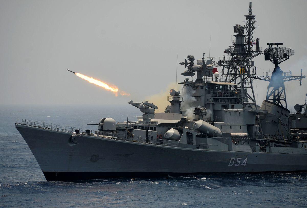 路透社援引消息稱,印度與巴基斯坦威脅互相發射導彈,但被美國勸阻。圖為2017年4月18日,印度一艘驅逐艦在東部海岸演習時發射火箭。(ARUN SANKAR/AFP/Getty Images)