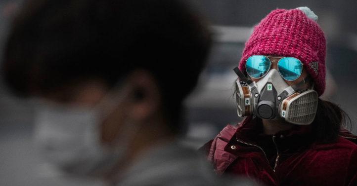 德國聯邦衛生部長表示,因為中共病毒,歐洲的藥物可能會面臨短缺。圖為疫情下的北京民眾。(Kevin Frayer/Getty Images)