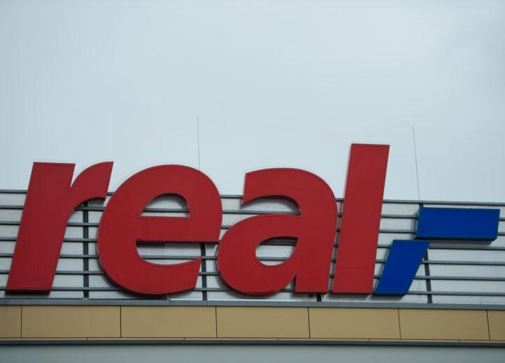 圖為柏林一家Real超市的標誌。(JOHANNES EISELE/AFP/Getty Images)