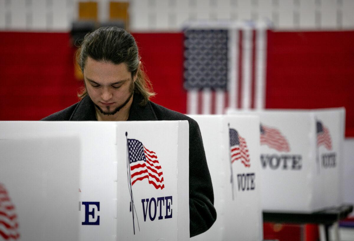2020年11月3日,密歇根州蘭辛市( Lansing),一名選民在填寫選票。(John Moore/Getty Images)