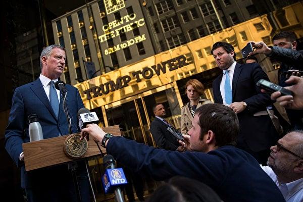 白思豪在特朗普大廈前介紹和候任總統特朗普會面的情況。(Drew Angerer/Getty Images)