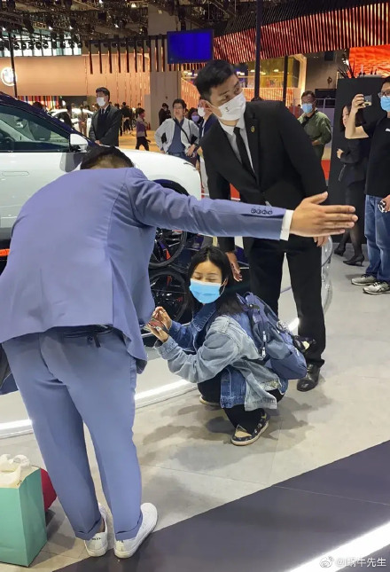 恆大恆馳汽車在上海車展的展位戒備森嚴,不允許拍攝底盤。(微博截圖)