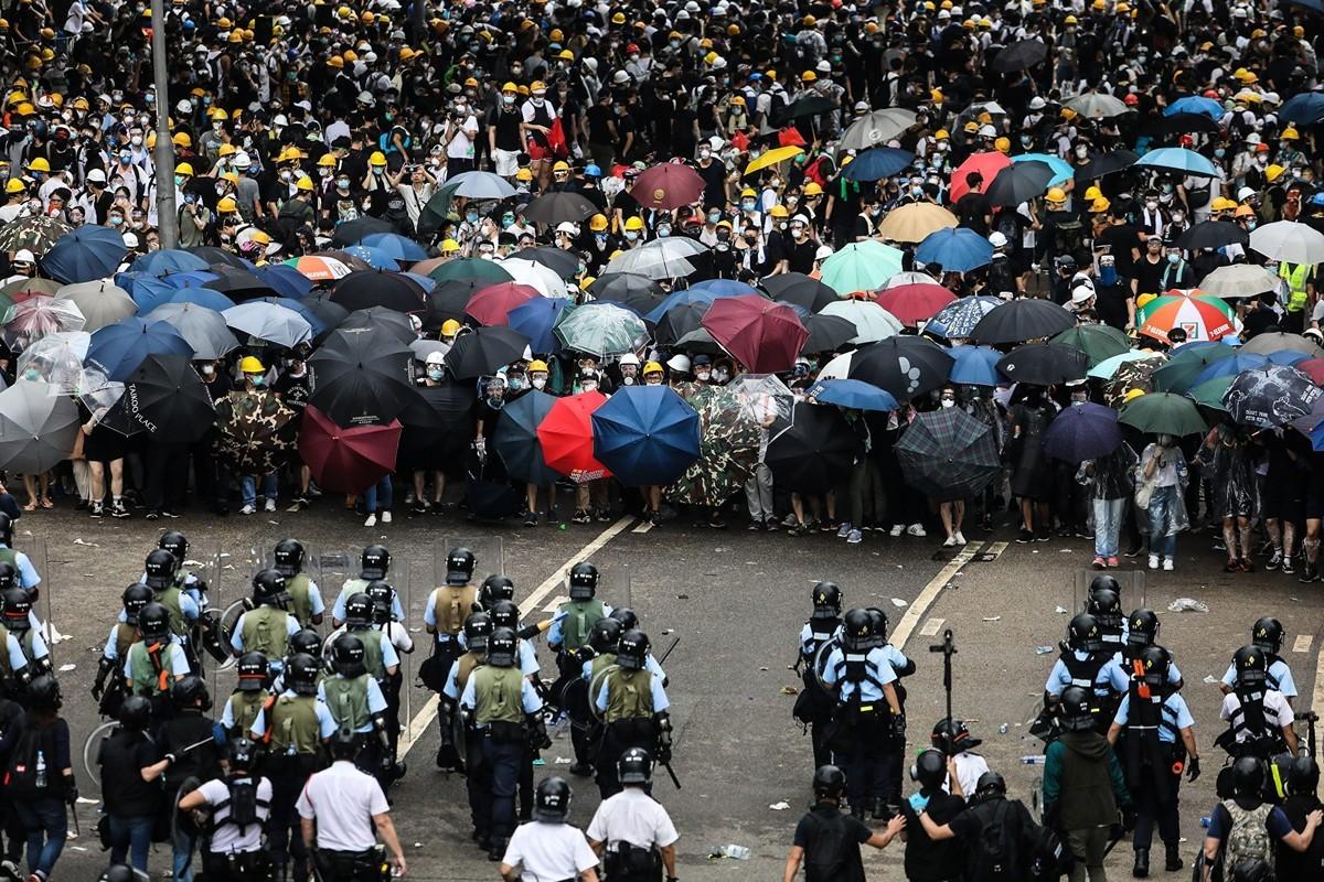 6月12日,香港警察全副武裝,向手無寸鐵和平示威的民眾發射催淚彈等。(DALE DE LA REY/AFP/Getty Images)