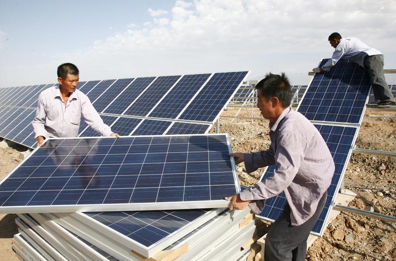 美國準備禁止進口中國新疆地區製造的一些太陽能產品,這標誌著拜登政府為打擊涉嫌侵犯中國維吾爾族穆斯林少數民族人權而採取的重大步驟之一。圖為新疆哈密地區,工人正在安裝太陽能電池板。(ChinaFotoPress/Getty Images)