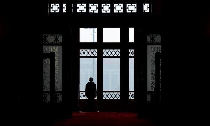 2018年3月13日,在北京舉行的第十三屆全國人民代表大會第一次會議第四次全體會議上,圖為一名警衛員站在人民大會堂門口。(Wang Zhao/AFP via Getty Images)