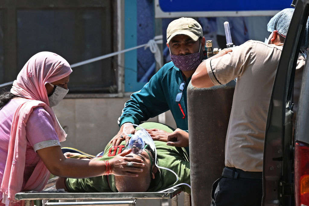 印度中共病毒(俗稱武漢病毒、新冠病毒、COVID-19)疫情嚴峻,導致醫療物資嚴重短缺。(Photo by SAJJAD HUSSAIN/AFP via Getty Images)