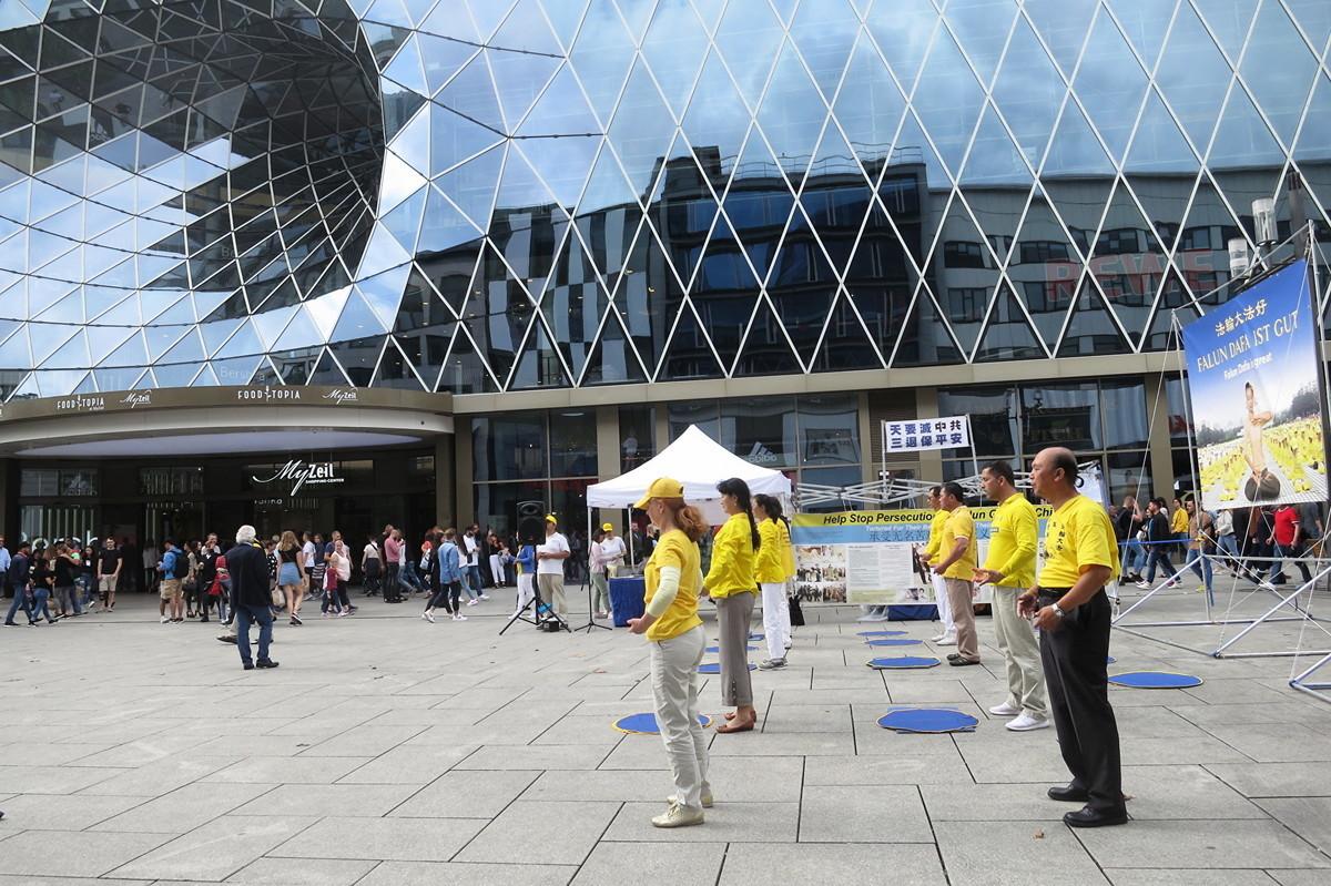 德國部份法輪功學員在法蘭克福市中心的購物中心演示功法。(余平/大紀元)
