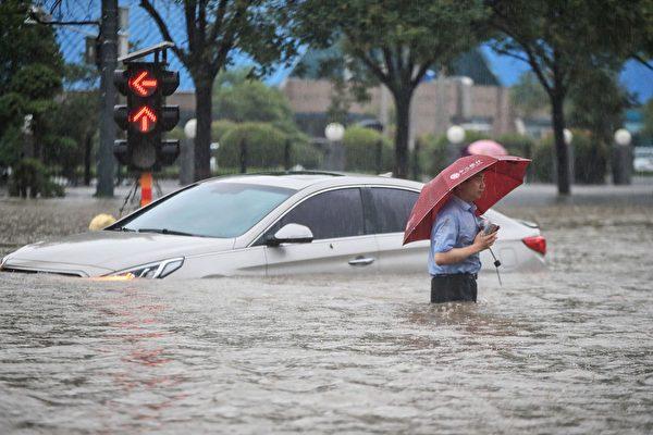鄭州市7月20日突遭洪災,傷亡慘重,中國網民質疑鄭州洪水是人禍,而非當局宣稱的天災。圖為2021年7月20日鄭州市區的洪災景象。(STR/AFP via Getty Images)