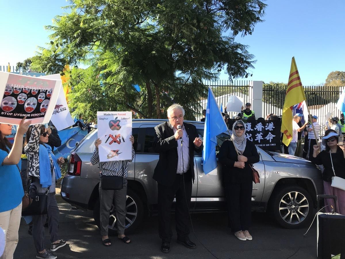 2021年3月30日,在中共駐南澳的新領館啟動當天,多家民間團體在新領館前舉行集會。澳洲聯邦參議員帕特里克(Rex Patrick)在集會上再次呼籲關閉中共駐南澳領館。(李倩西/大紀元)