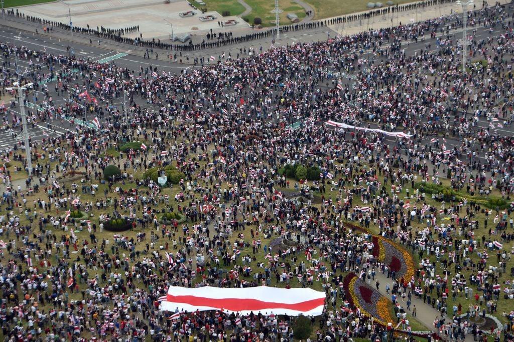 2020年8月23日,要求盧卡申科總統下台的大批白俄羅斯抗議者再次湧入首都明斯克的中心。(Sergei GAPON/AFP)