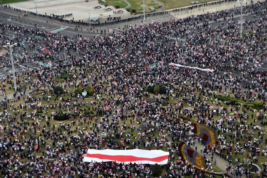 再遭逾十萬人抗議 盧卡申科穿防彈衣持槍現身