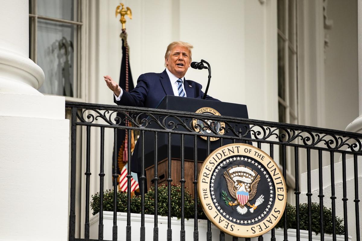 在選前一天,美國總統特朗普簽署行政令推動「愛國教育」,希望基於建國原則重建美國教育。圖為2020年10月10日,特朗普在白宮支持法律和秩序的集會上發表講話。(Samuel Corum/Getty Images)