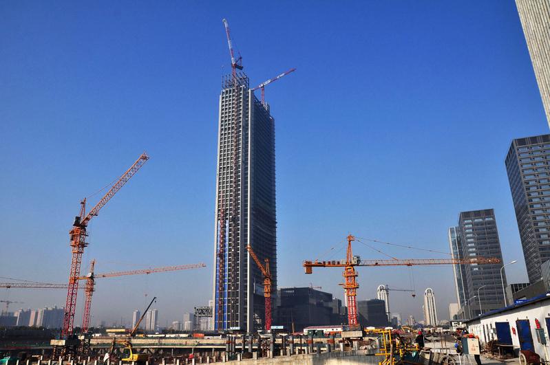 武漢的一個摩天大樓項目被叫停,專家分析指出,這是經濟衰退的典型跡象。圖為中國寧波正在興建的摩天大樓。(AFP)