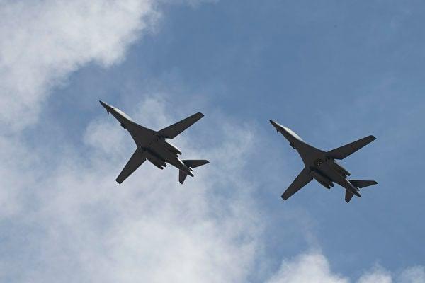 2020年7月17日,2架B-1B轟炸機從美國本土出發,抵達日本海與日本空中自衛隊的F-15戰機演練後,降落在關島。(美國空軍)