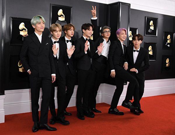 防彈少年團(BTS)出席第61屆葛萊美獎頒獎典禮紅毯資料照。(VALERIE MACON/AFP/Getty Images)