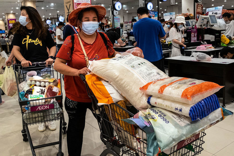 武漢疫情再現 部份民眾囤貨 超市排長隊