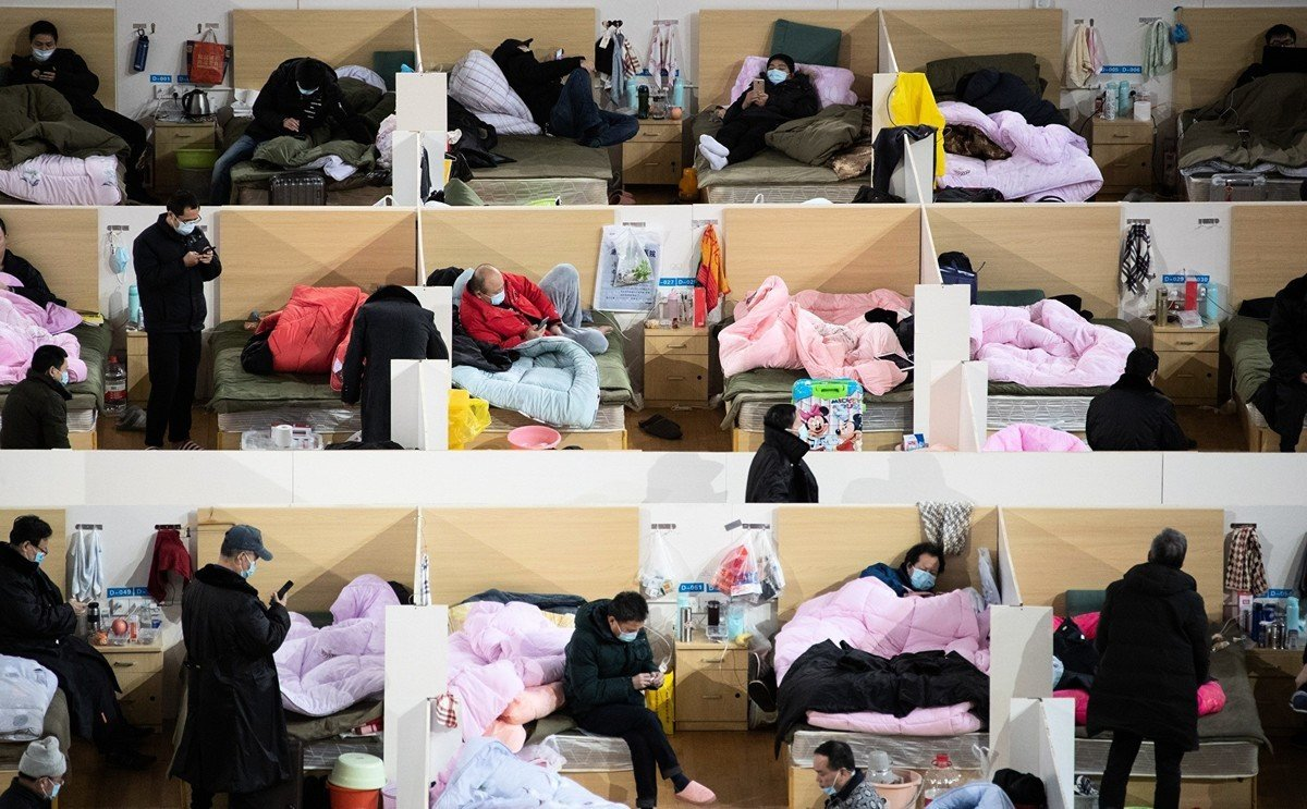 2020年2月18日多名患者在由武漢體育館改造的方艙醫院中休息。 (AFP/Getty Images)