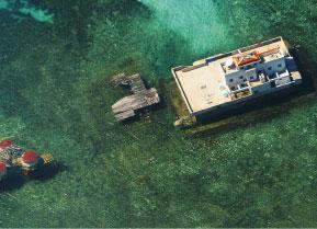圖為菲律賓空軍2003年11月的航拍圖片,顯示在有爭議的南沙群島的美濟礁上的中國建築。(AFP)