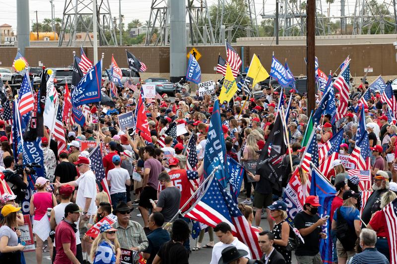 2020年11月6日,亞利桑那州鳳凰城,特朗普的支持者聚集在馬里科帕郡選務中心外,抗議民主黨在選舉中的舞弊和欺詐行徑。(BRYAN R. SMITH/AFP via Getty Images)