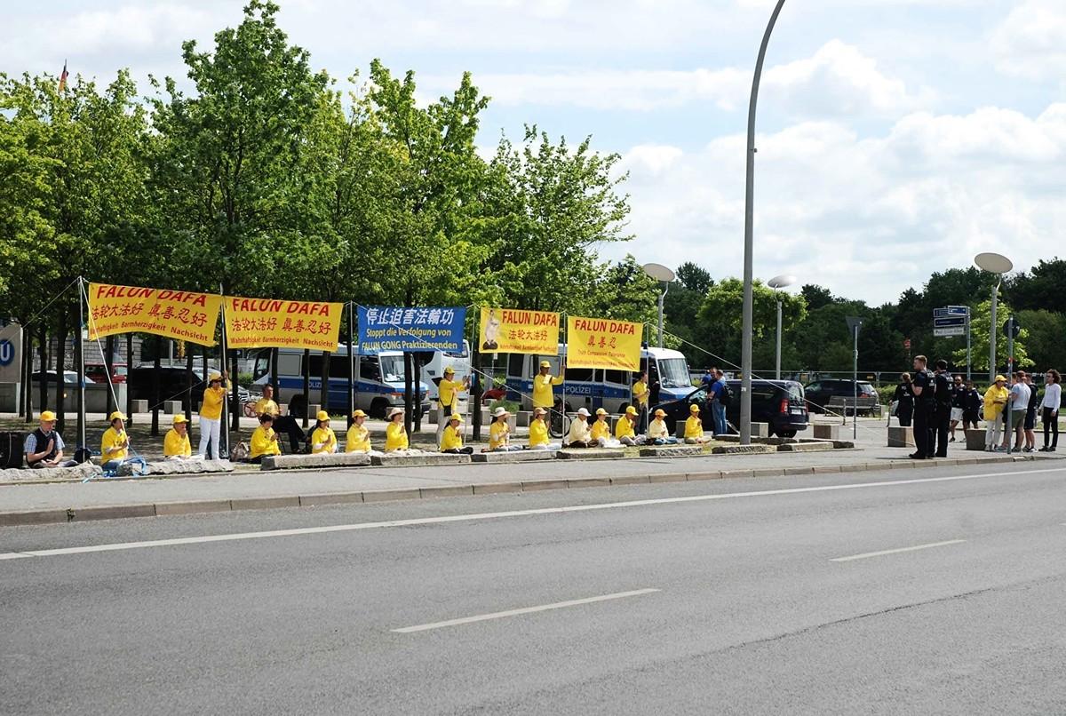 2019年5月31日,中共副主席王岐山到訪柏林。部份法輪功學員在德國總統府對面和平抗議中共迫害。(明慧網)