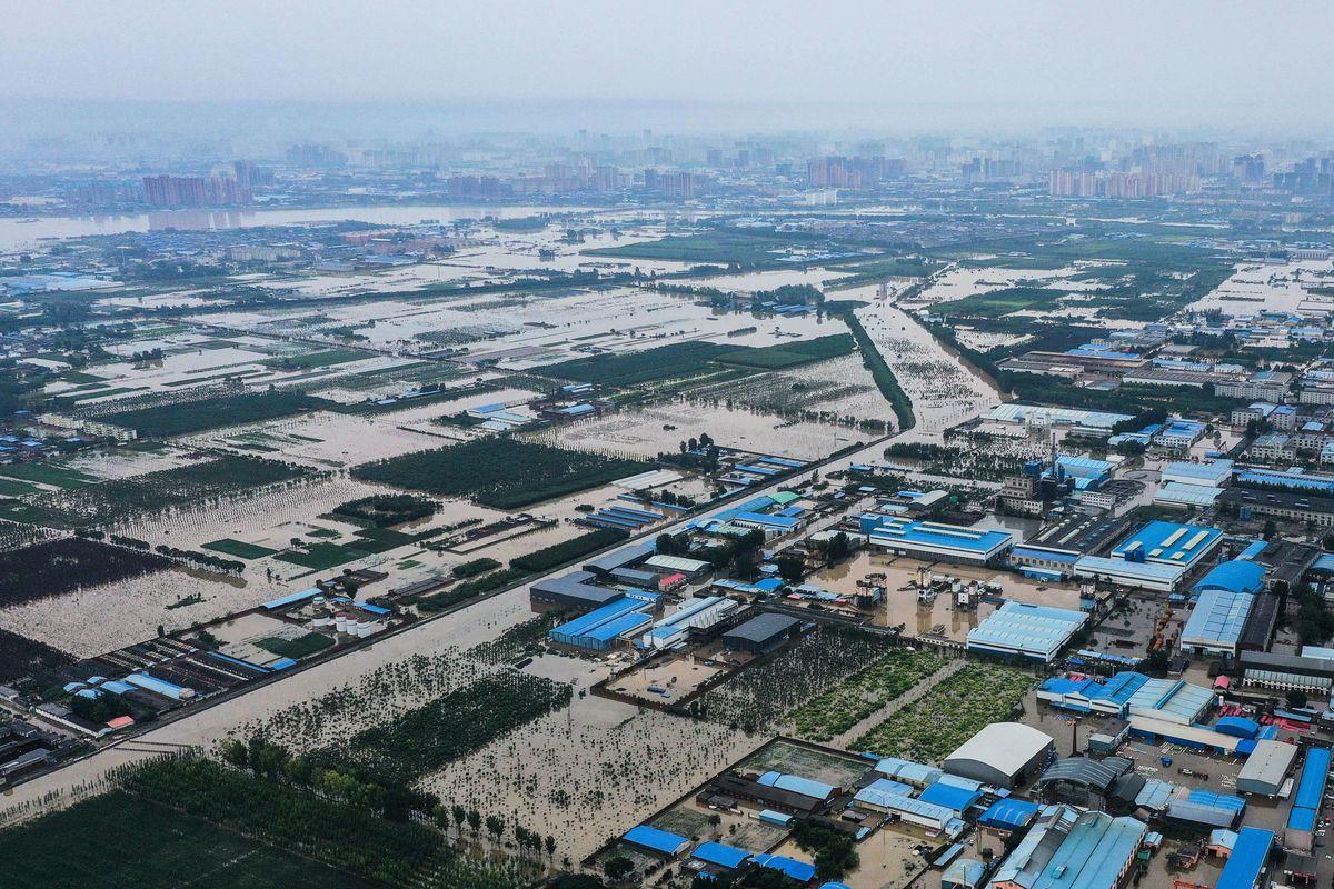 中國各地連日遭遇極端天氣,多個省份出現強降雨天氣。河南省新鄉市大雨過後農田和街道被洪水淹沒,照片拍攝於2021年7月23日。(AFP via Getty Images)