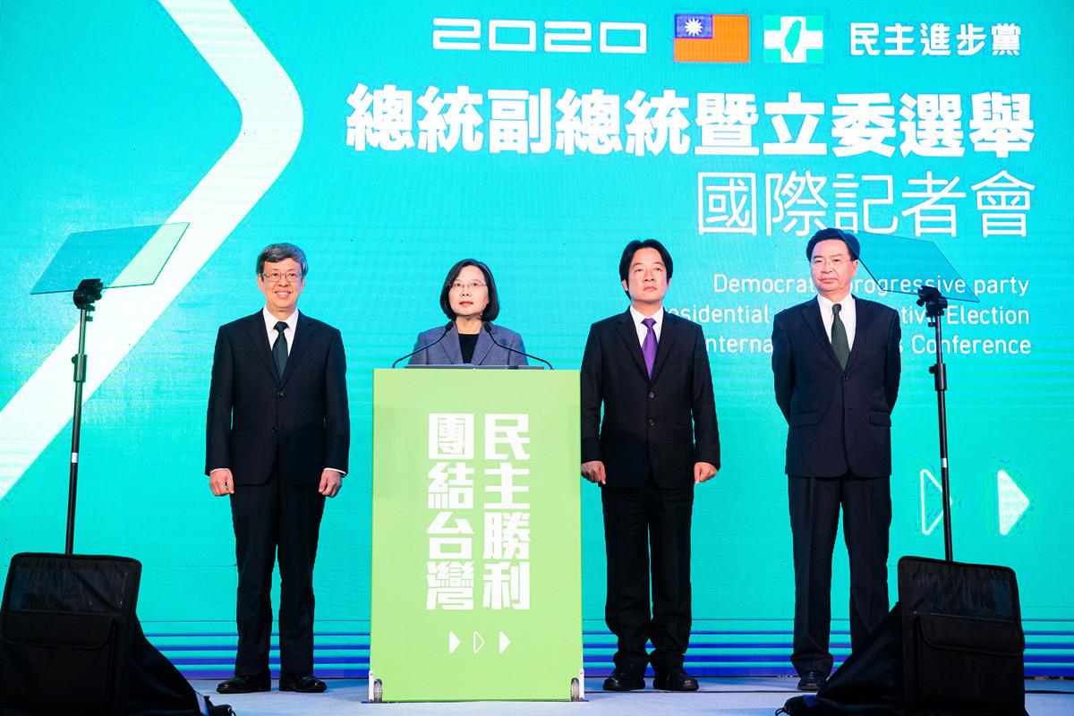 中華民國總統蔡英文(左2)1月11日贏得連任勝選,國際記者會上針對兩岸關係提出八字箴言,以民主自由應對中共威脅。(陳柏州/大紀元)
