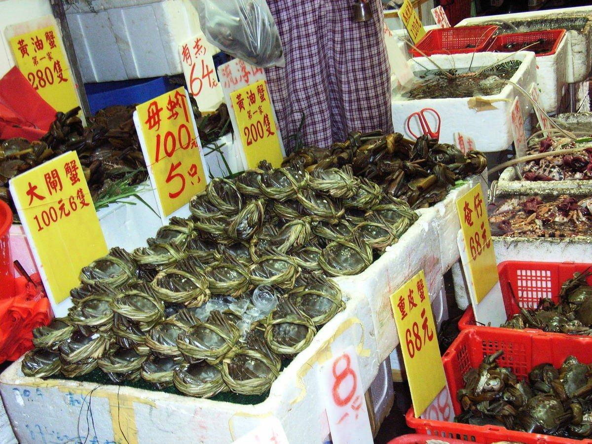市售的陽澄湖大閘蟹99%都涉嫌造假,其中一種叫「貼標蟹」的山寨貨價格驚人,可翻漲10倍。圖為旺角街市擺賣的大閘蟹資料照。(大紀元)