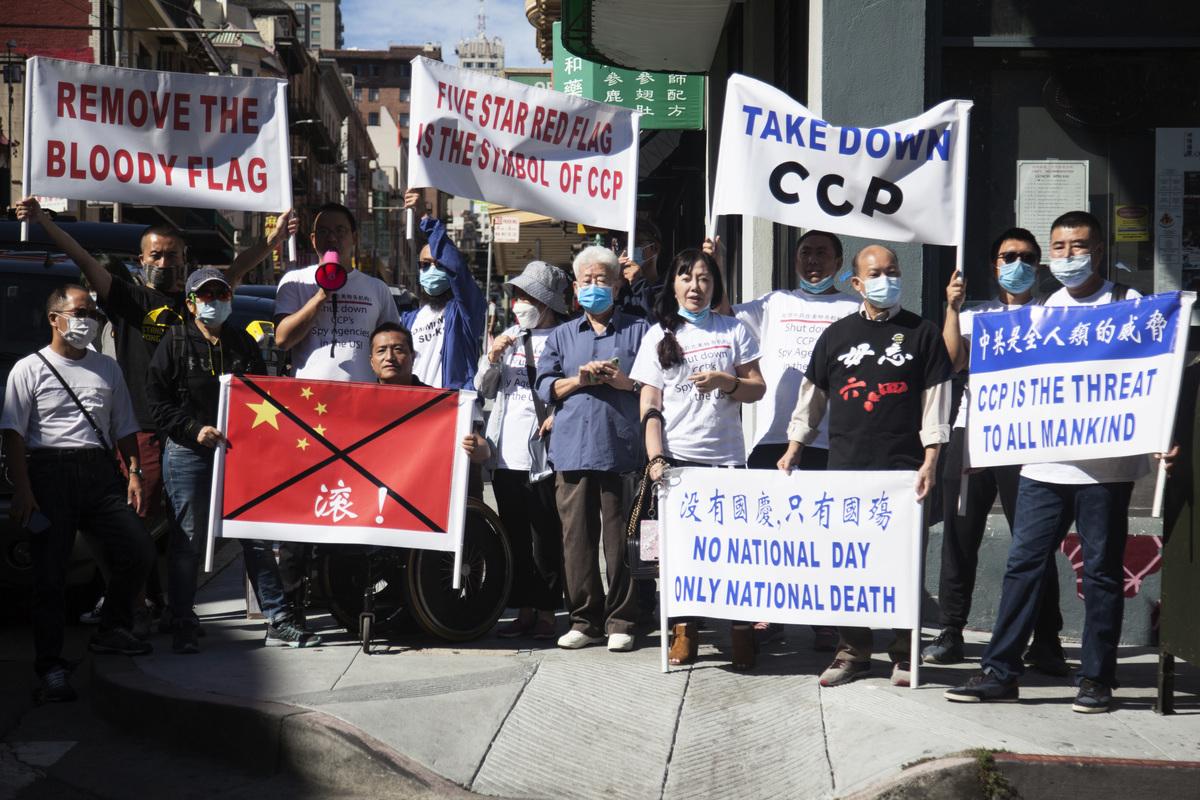 上周六(9月26日),數十名灣區民主人士,在花園角抗議中共血旗升旗。(周鳳臨/大紀元)