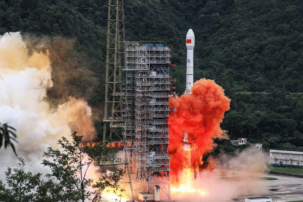 2020年6月23日,中共在四川西昌衛星發射中心用長征三號乙運載火箭,發射北斗三號全球衛星導航系統最後一顆組網衛星。(STR/AFP via Getty Images)