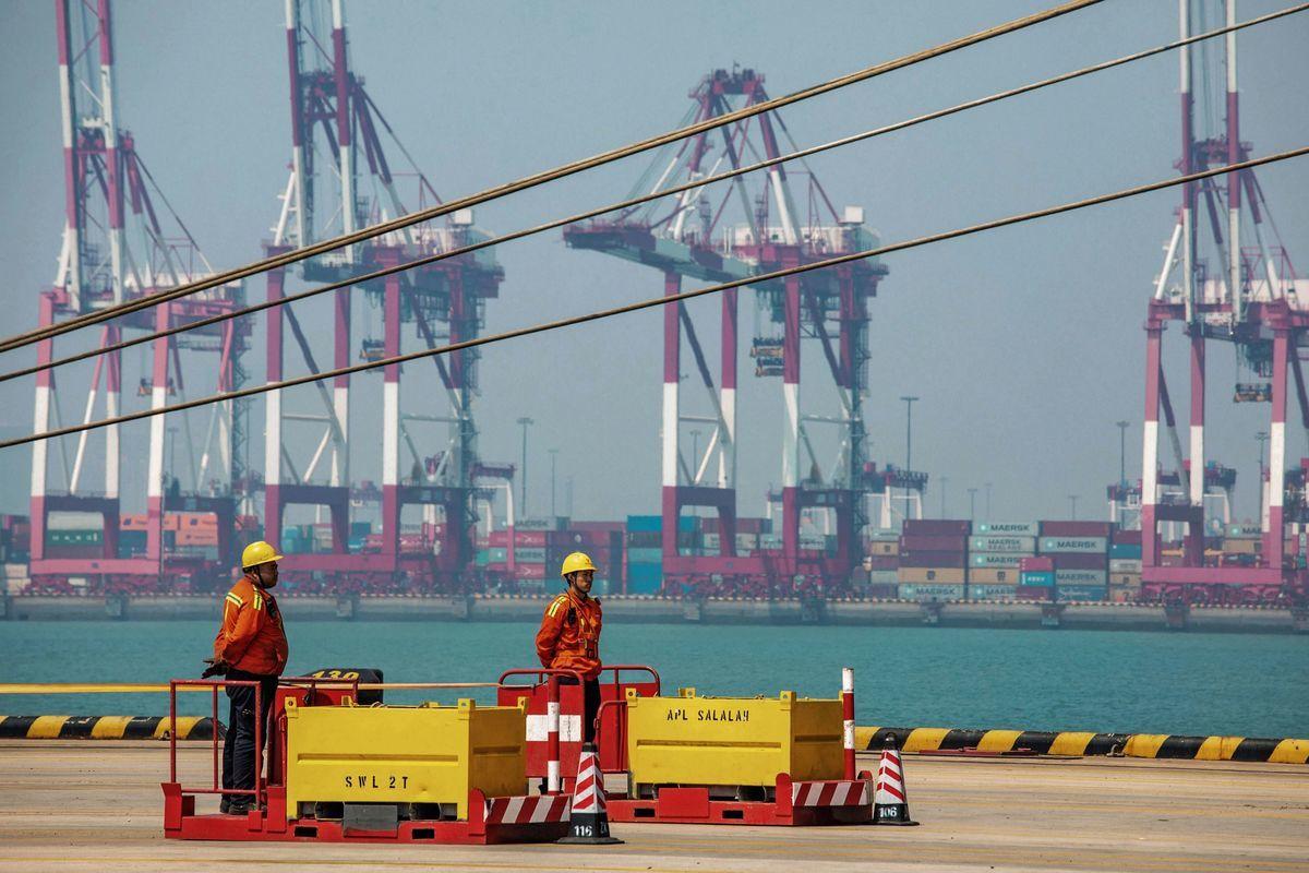 阻止美方關稅加碼是中國經濟保6的底線,從去年爆發貿易戰以來,中美的雙邊單月貿易總值已縮水近三成,拖累中國經濟。圖為2019年4月17日中國山東省青島港。(STR/AFP/Getty Images)