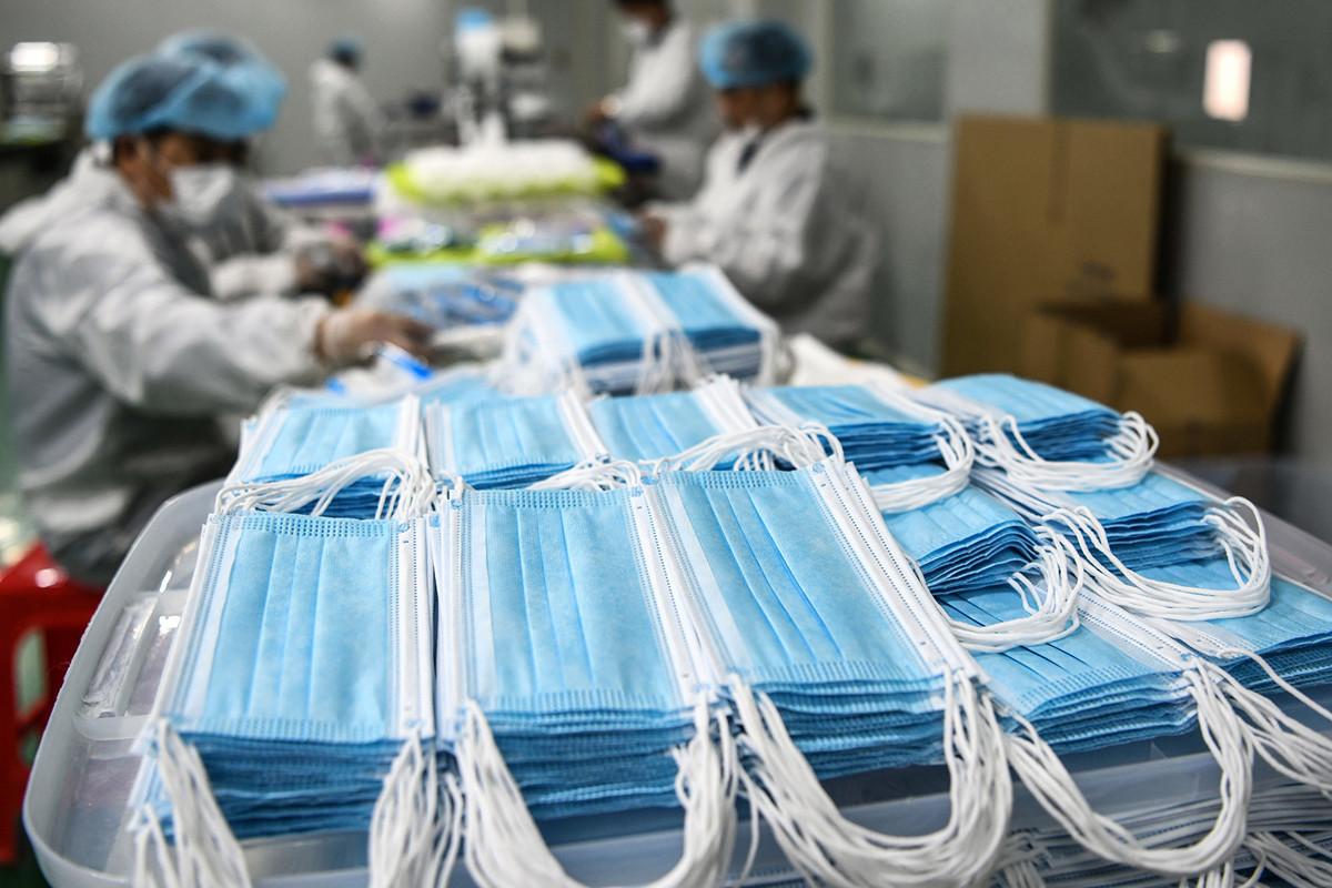 大陸口罩生產最初「大躍進」式發展,但由於質量低劣,最終導致90%廠家虧損。圖為2020年4月8日,中國南昌某工廠在生產口罩。(STR/AFP via Getty Images)