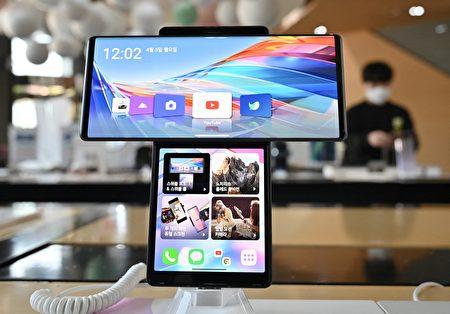 2021年4月5日,南韓首爾電信商店中展售的LG手機。(JUNG YEON-JE/AFP via Getty Images)