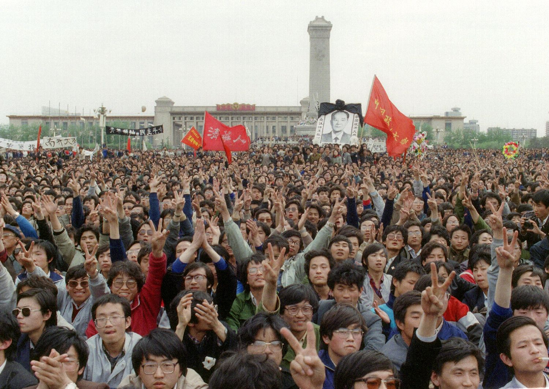 1989年4月15日,胡耀邦心臟病發逝世。圖為4月19日,數萬學生聚集在天安門廣場悼念。(AFP/Getty Images)