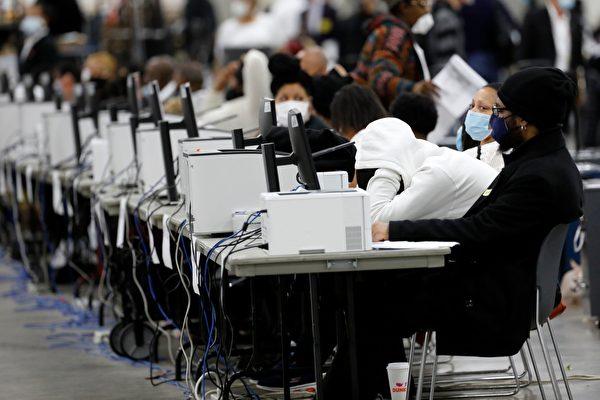 2020年11月4日,美國密歇根州底特律,工作人員在TCF會議中心進行總統大選的點票程序。(JEFF KOWALSKY/AFP via Getty Images)