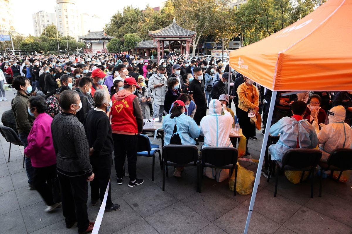 2020年10月12日山東青島居民排隊進行核酸檢測。(STR/AFP via Getty Images)