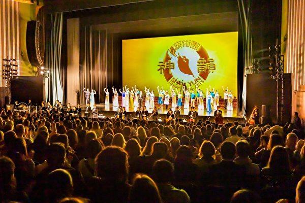 1月26日,神韻國際藝術團在英國倫敦Eventim Apollo劇院呈上的第十一場演出圓滿落幕。(羅元/大紀元)