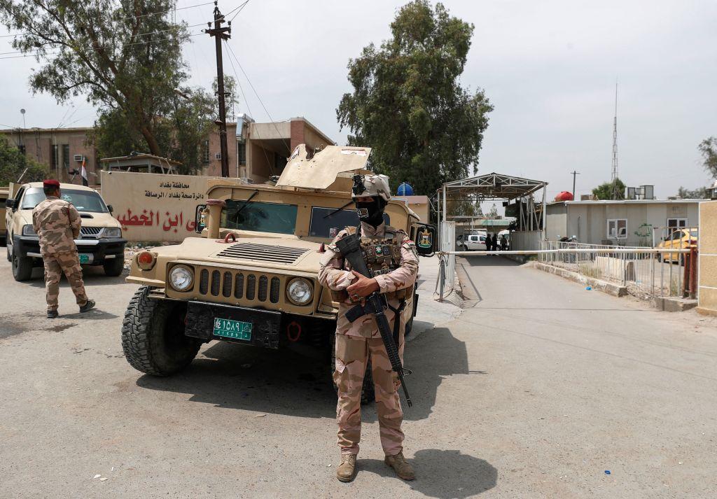 4月25日,伊拉克安全部隊在發生火災的醫院門口附近站崗。(Photo by AHMAD AL-RUBAYE/AFP via Getty Images)