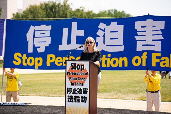 哈德遜研究所宗教自由中心主任尼娜·謝伊(Nina Shea)於2021年7月16日在華盛頓DC法輪功「7.20」反迫害集會上發言。(戴兵/大紀元)